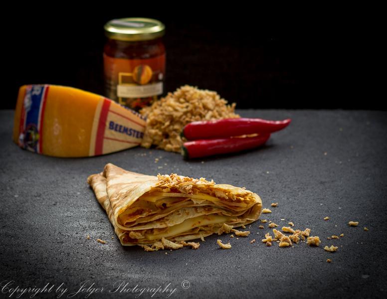 Crêpe spicy kaas sambal en gebakken uitjes